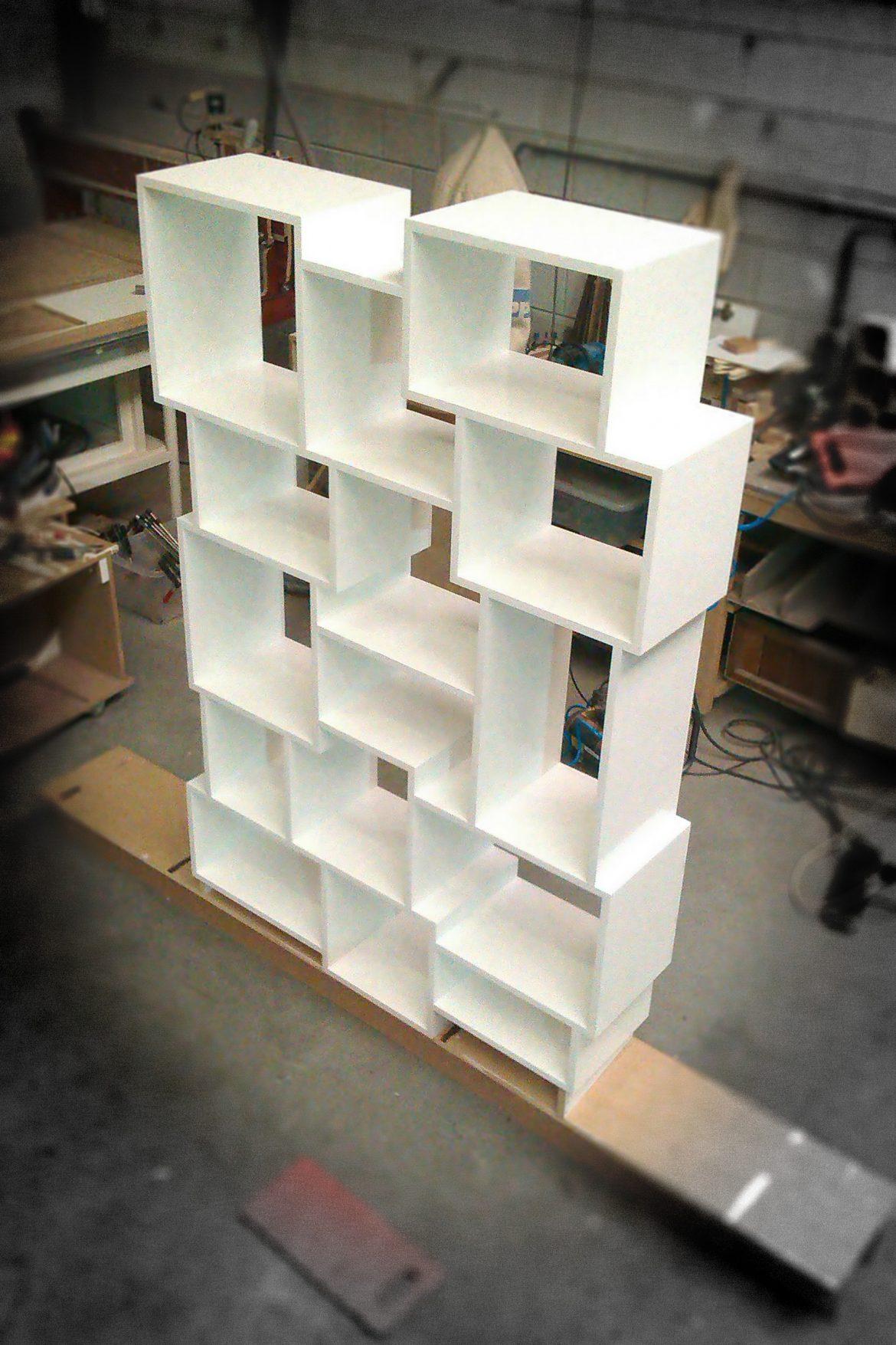 Witte Kast Met Vakken.Hangende Kast Met Verspringende Vakken In Aanbouw Atelier 180